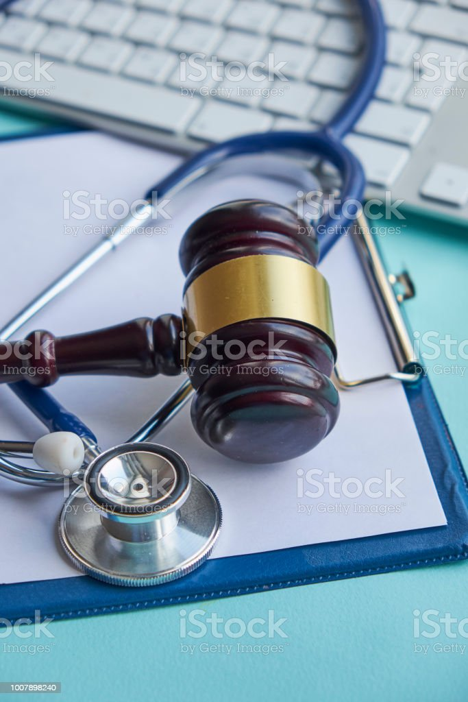 Martillo y un estetoscopio. jurisprudencia médica. definición legal de mala praxis médica. abogado. hospitales, enfermeras y médicos de errores común hacer foto de stock libre de derechos
