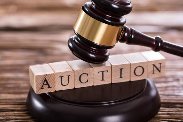 hammer auf auktion wort - versteigerung stock-fotos und bilder