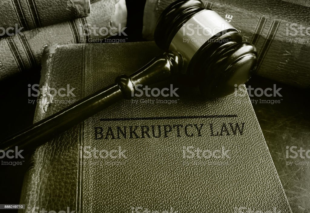 Martillo en libros de la ley de bancarrota - foto de stock