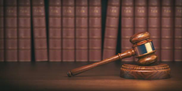 빈티지 변호사 책의 배경에 망치. 법과 정의의 개념입니다. - 나무망치 뉴스 사진 이미지