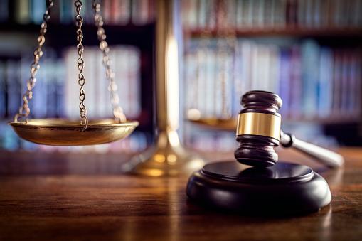 Photo libre de droit de Marteau Balance De La Justice Et Des Livres De Droit banque d'images et plus d'images libres de droit de Accord - Concepts