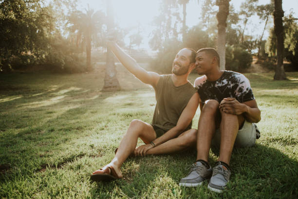 gay couple taking a selfie in the summer - coppia gay foto e immagini stock