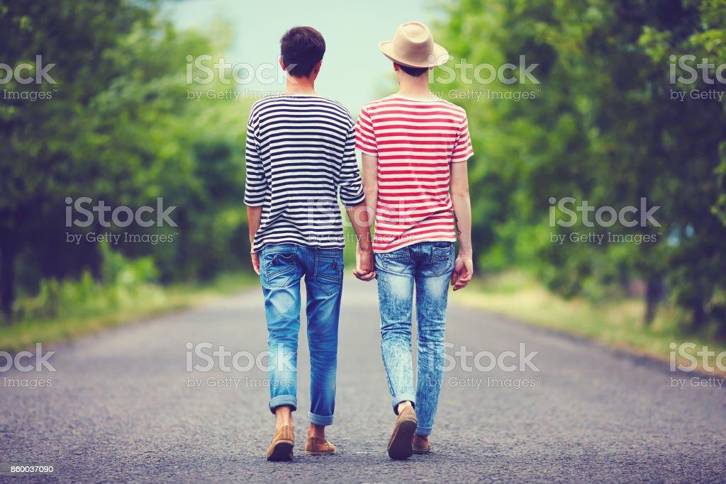 一緒に春道歩いて離れて同性愛者のカップル ストックフォト