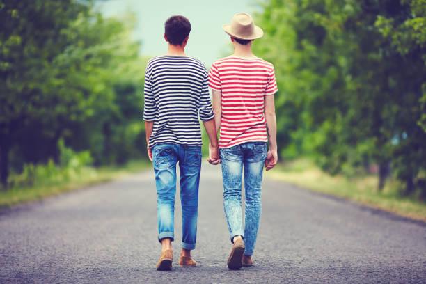 一緒に春道歩いて離れて同性愛者のカップル - 同性カップル ストックフォトと画像