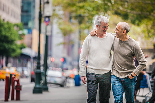 Gay couple marchant dans le centre-ville de New York - Photo