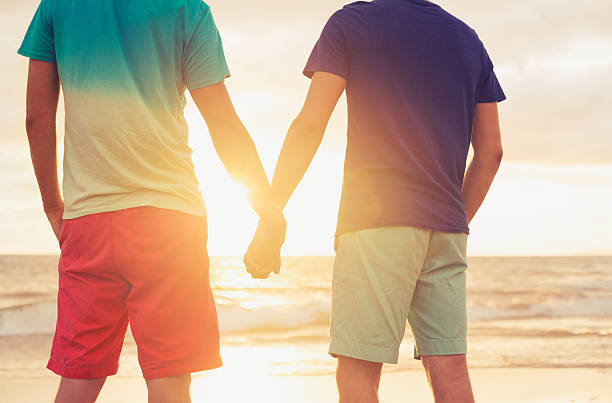 couple Gay en regardant le coucher de soleil - Photo