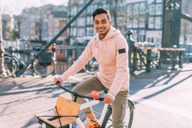 Homosexuell Mann auf dem Fahrrad - indonesische Kerl Reiten Fahrrad in Amsterdam – Foto