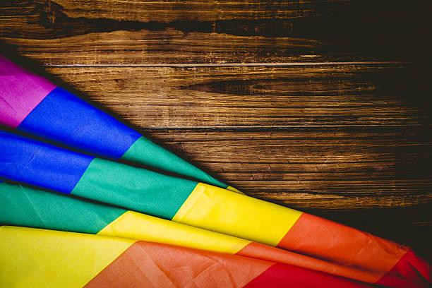 ゲイプライド国旗の木製テーブル - lgbtqi  ストックフォトと画像
