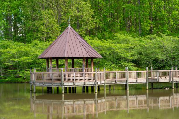 Pavillon über einem Teich – Foto