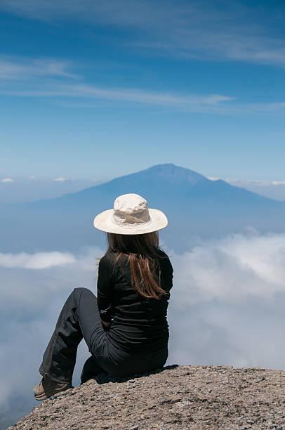 Olhando para o Monte Kilimanjaro, de Meru - foto de acervo