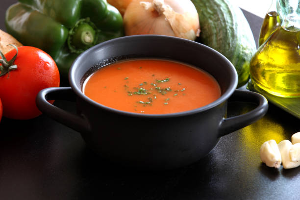 gazpacho-tomaten-suppe und getränk - kalte tomatensuppe stock-fotos und bilder