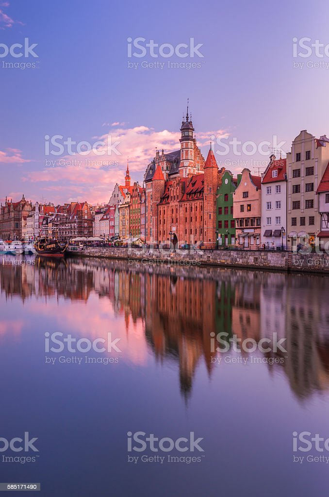 Gdansk historical waterfront over Motlava river on colorful evening – Foto