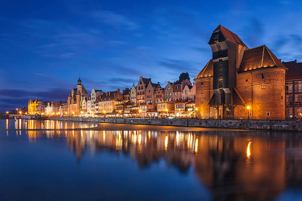 gdansk old town at night - pologne photos et images de collection