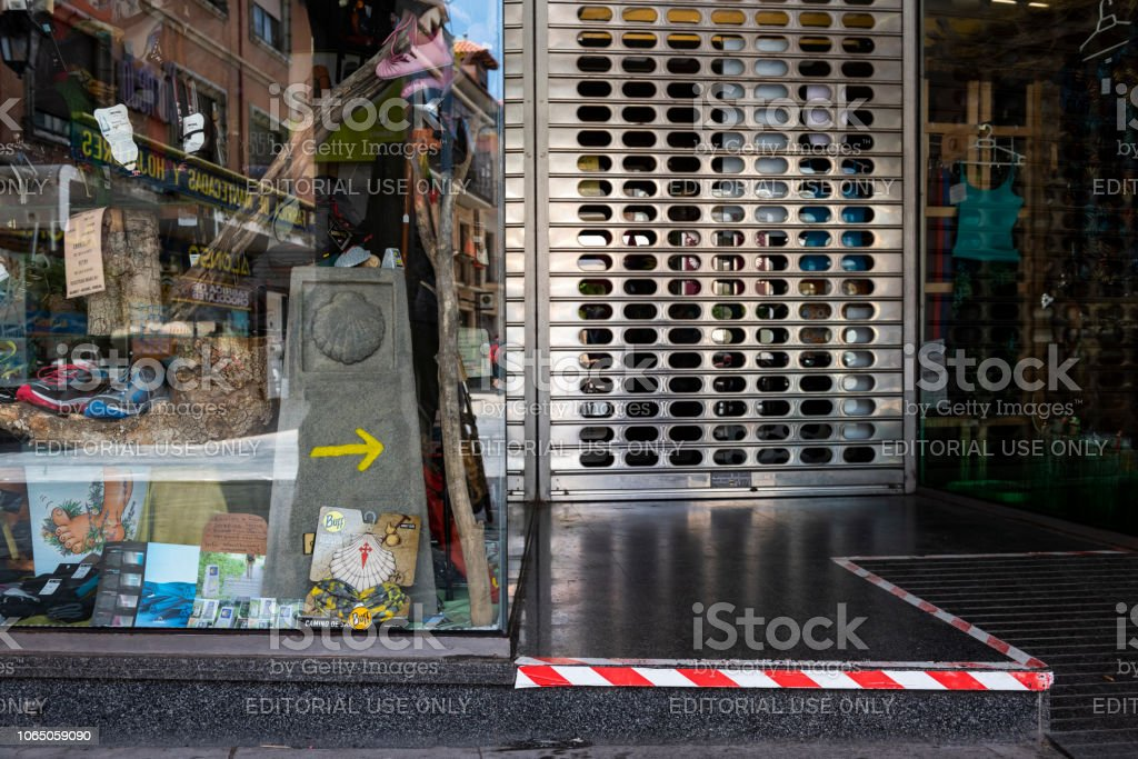 Tienda de equipo para los excursionistas en el Camino de Santiago en Astorga, España - foto de stock