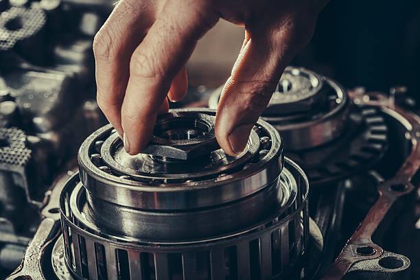 cvt-getriebe getriebe reparatur nahaufnahme - kugellager stock-fotos und bilder