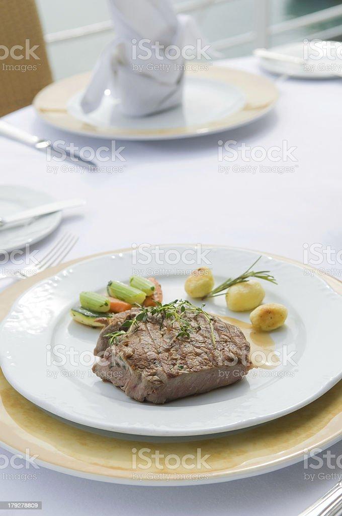 Gebratenes Steak mit Beilagen royalty-free stock photo