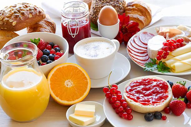 gedeckter Frühstückstisch stock photo
