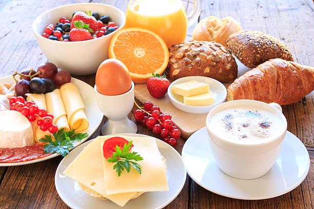 gedeckter frühstückstisch - 朝食 ストックフォトと画像