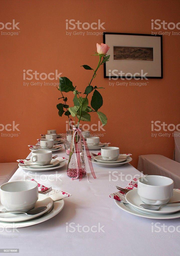 Gedeckter Tisch mit Dekoration, Rose und Bild royalty-free stock photo