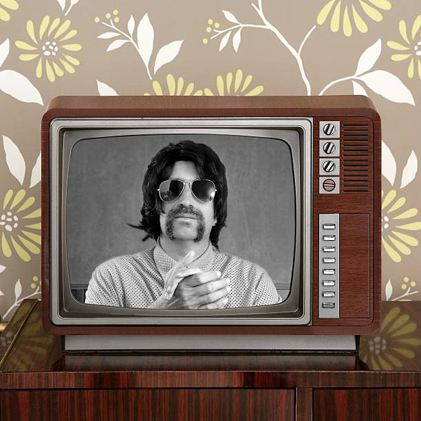 geek-schnurrbart tv-moderator in retro-holz-fernseher - alte serien stock-fotos und bilder