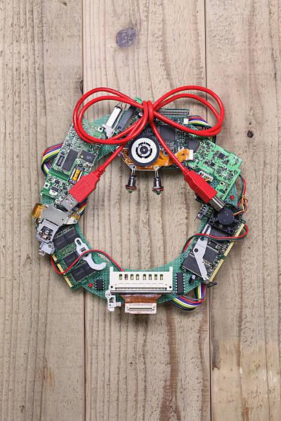 geeky weihnachten kranz von alter computer teilen - buchstabentür kränze stock-fotos und bilder