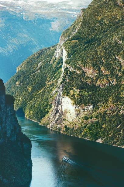 Geiranger Fjord Berge Landschaft in Norwegen Reisen malerische Luftaufnahme – Foto