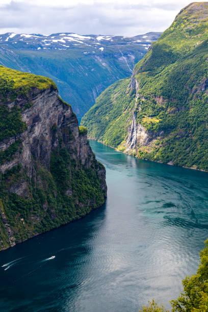 geirangerfjord fjord and seven sisters waterfall. - fiordi foto e immagini stock