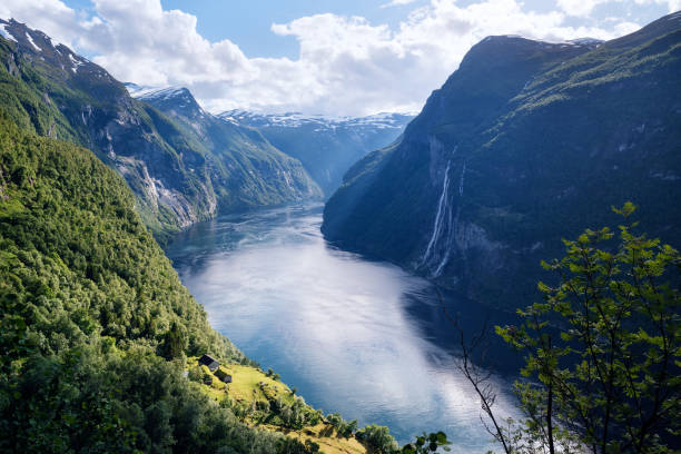 geirangerfjord fjord and the seven sisters waterfall, norway - fiordi foto e immagini stock