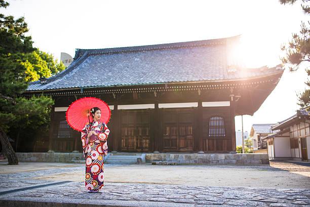 芸者の寺院 - kimono ストックフォトと画像