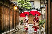 雨季に赤い傘を持つ芸者
