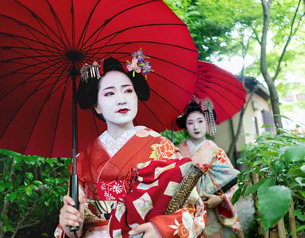 geishas walking outdoors wearing kimonos - natürliche make up kurse stock-fotos und bilder