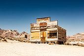 Leeres altes Holzhaus in der Geisterstadt Death Valley, Kalifornien, United States.