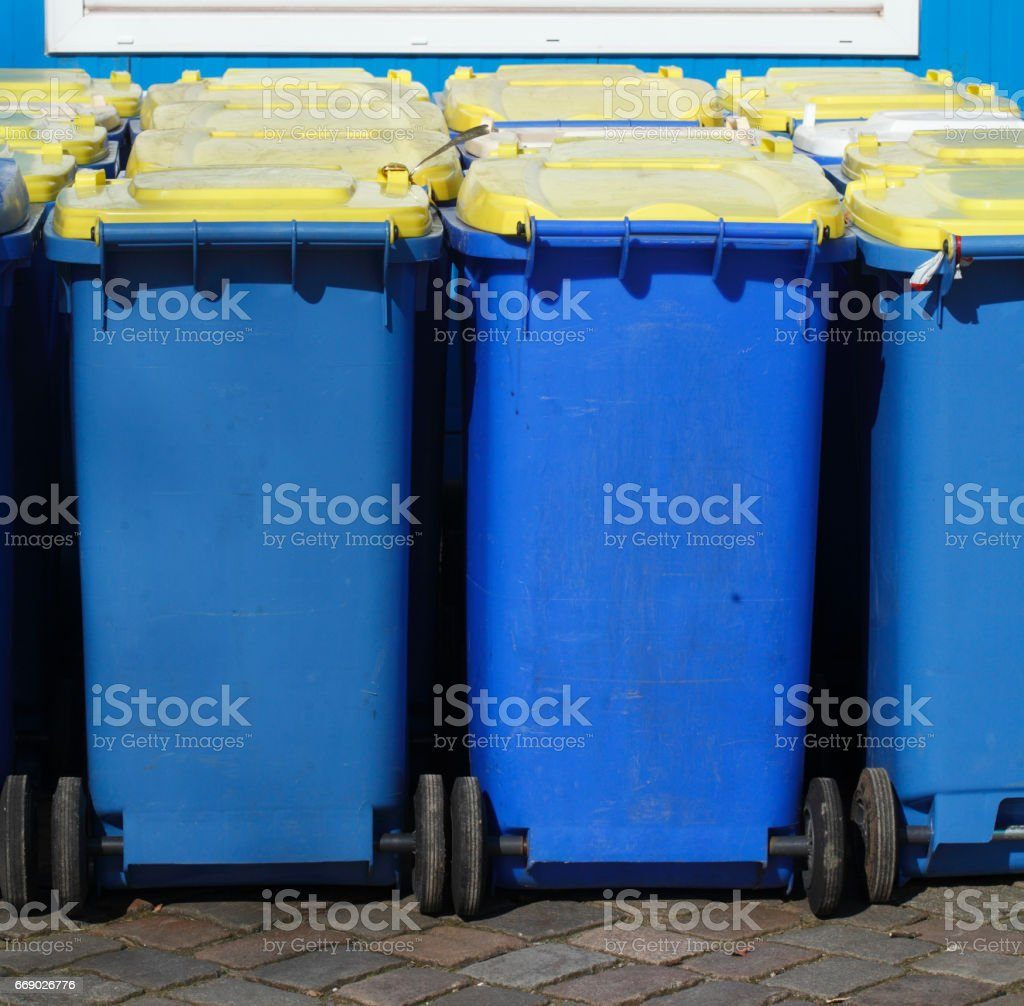 Gelbe und Blaue Tonnen, Wertstofftonnen stock photo