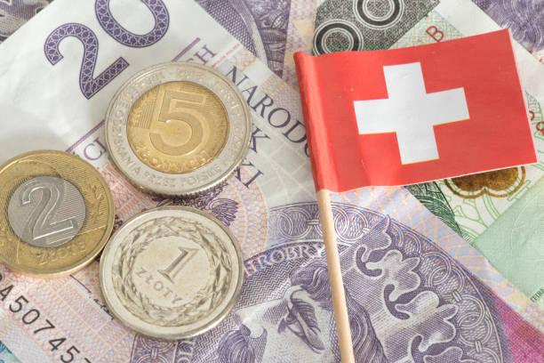 geldscheine und münzen polnische zloty-pln und sterven flagge von schweiz - franken stockfoto's en -beelden