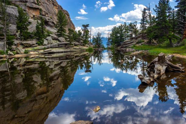 gem lake reflections - estes park foto e immagini stock