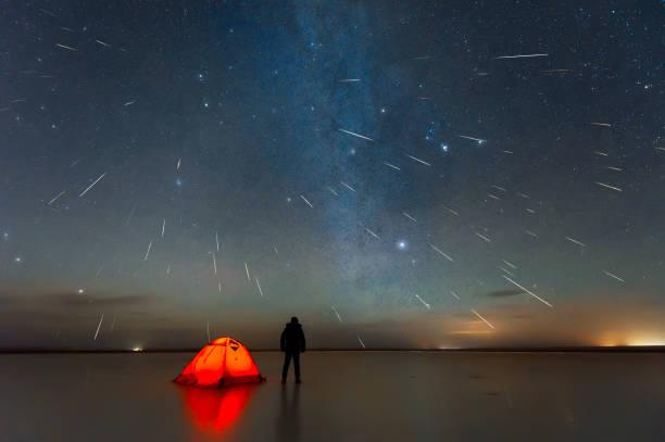 Gemini-Meteorschauer 2018 über See in Erenhot, Innere Mongolei, China – Foto