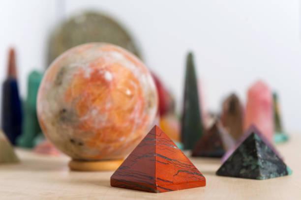 edelsteine - pyramide sammlung stock-fotos und bilder