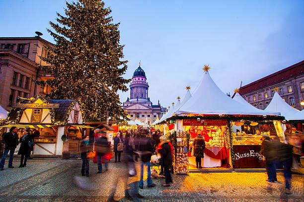 platz der akademie in berlin, deutschland - weihnachtsmarkt am gendarmenmarkt stock-fotos und bilder