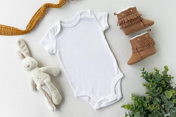 性別ニュートラル空白の白いベビーボディスーツフラットモックアップ - ベビー服モックアップ - スタイル付きストック写真 - 乳児用衣類 ストックフォトと画像