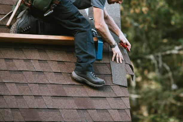 general contractor installeren nieuw dak - dak stockfoto's en -beelden