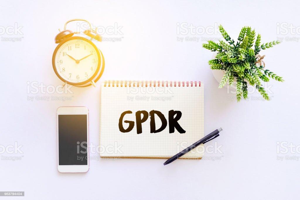 Allgemeine Daten-Schutz-Verordnung (DSGVO) WORD Editor Draufsicht weißer Bürotisch. – Foto