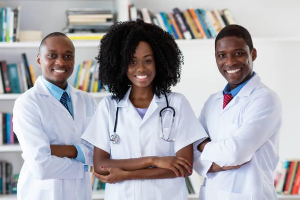 Médico general y médico y enfermero como equipo médico afroamericano - foto de stock