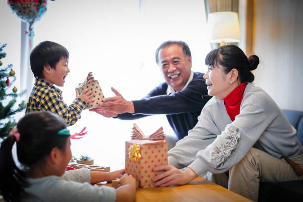 familiengeneration weihnachtsfeier - weihnachten japan stock-fotos und bilder