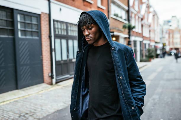 Generation Z schwarzes Männchen mit Kapuze in Großbritannien mit Afro-Frisur – Foto