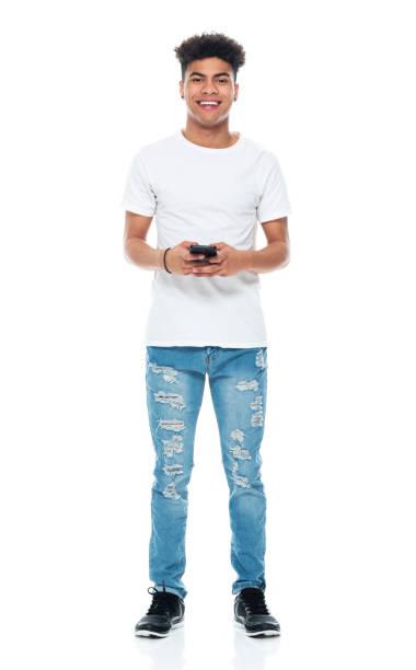 Generation z Teenager Jungen stehen vor weißem Hintergrund tragen Hemd und mit Handy – Foto