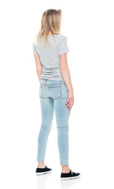Generation z Teenager Mädchen stehen vor weißem Hintergrund tragen Jeans – Foto