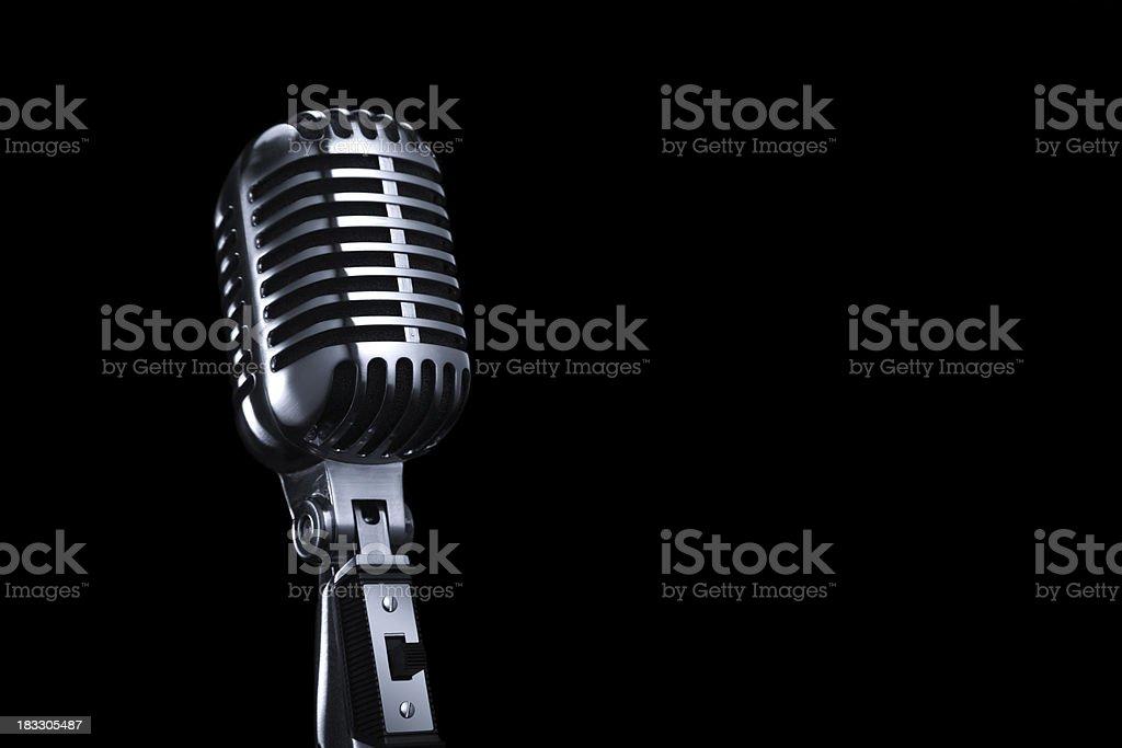 Comum Vintage microfone em fundo preto - foto de acervo