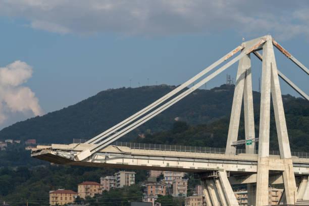 gênes, italie. une section du pont effondré partiellement morandi - pont gênes photos et images de collection