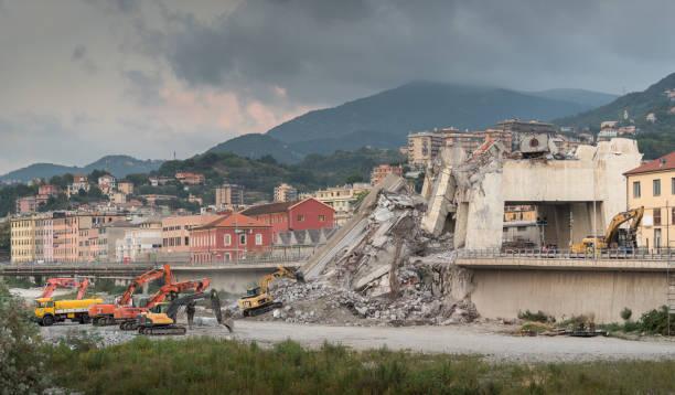 gênes (italie), s'est effondré de pont morandi - pont gênes photos et images de collection