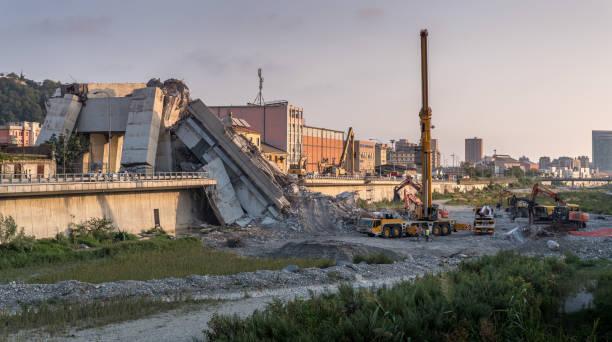 gênes (italie), s'est effondré de pont d'autoroute morandi - pont gênes photos et images de collection